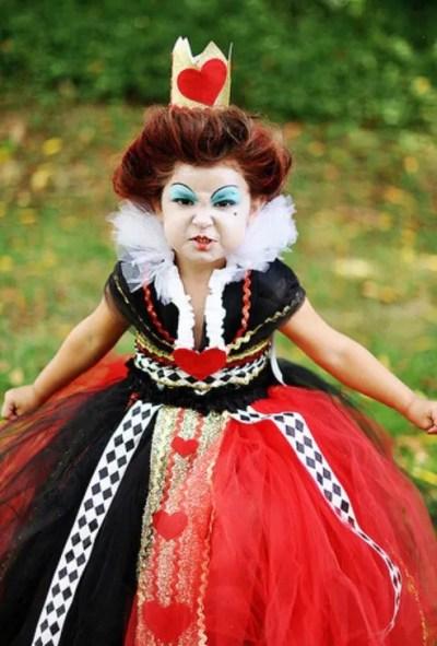 Menina fantasiada de Rainha de Copas (Alice no País das Maravilhas)