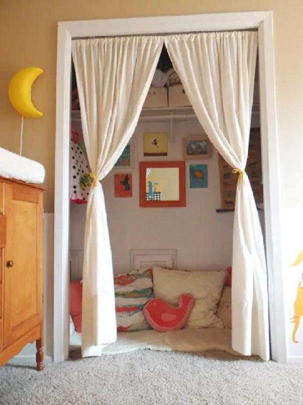 ideias para transformar um armário em um cantinho de leitura para as crianças - Just Real Moms
