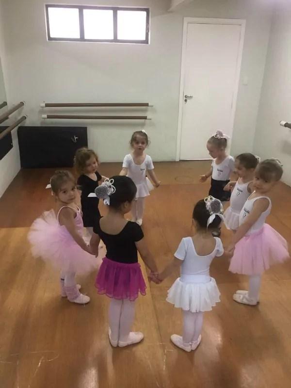 Qual é a melhor idade para colocar as crianças na aula de ballet?
