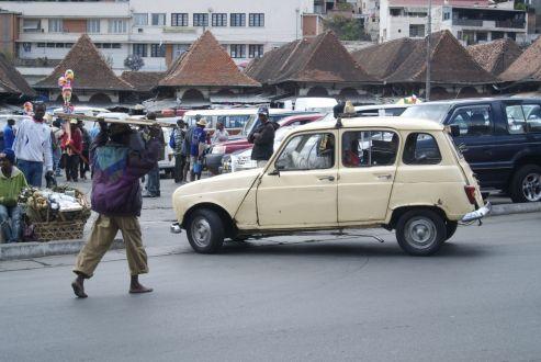 Een typische Tana-taxi: een oude gammele Franse auto in crème/beige geschilderd.