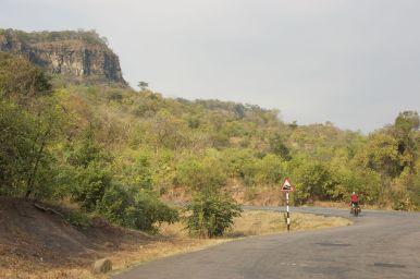 De hoofdweg van Malawi is hier enorm rustig en een genot om te fietsen