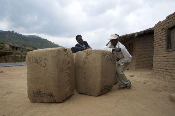 Balen tabak, het belangrijkste exportproduct van Malawi, staan te wachten op transport