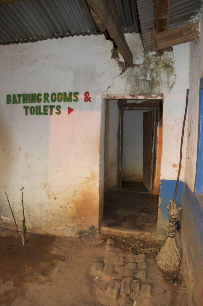 Bathing room = plek waar de emmer met warm water kan staan, toilets = gat in de grond