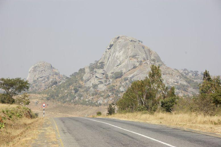 Mooie beeldrijm tussen bordje en berg