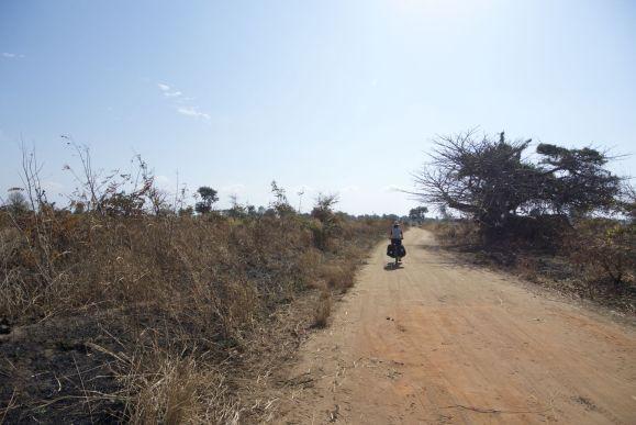 Eindelijk van het asfalt af, richting Kuti