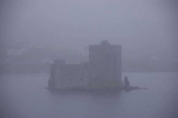 Het kasteel waar Castlebay naar vernoemd is, is maar net te ontwaren in de dikke mist.