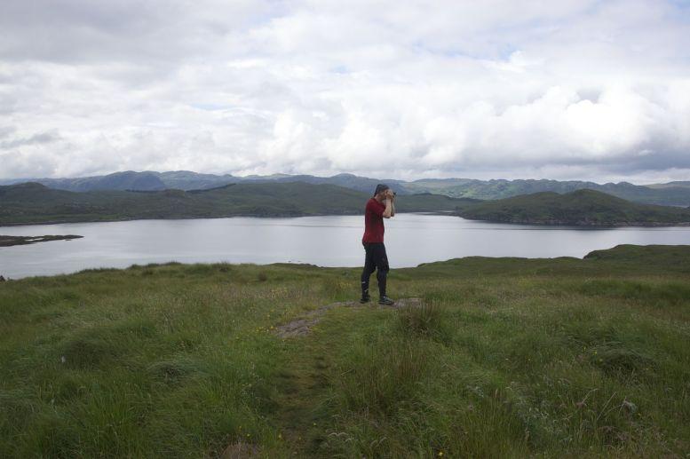 Genieten van het uitzicht, ik denk bij Loch Thurnaig.