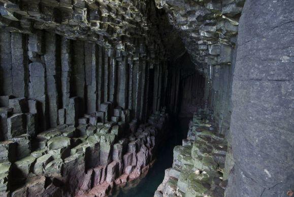 Na een stukje klauteren mogen we ook Fingal's Cave in.