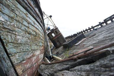 Langs de kant van de weg zien we opeens 2 schepen die liggen te vergaan.