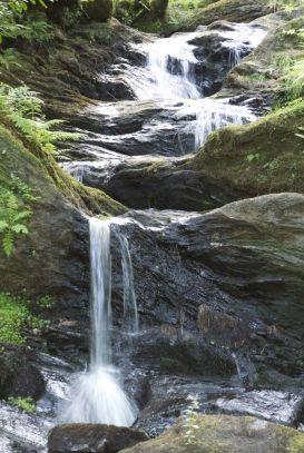 Op de camping wordt ons verteld dat je een leuke wandeling in de buurt kunt maken naar deze waterval.
