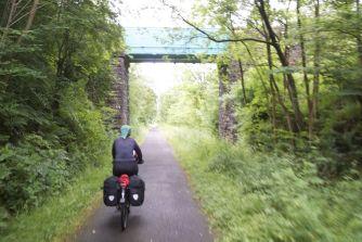 Foto is wat bewogen, want gemaakt vanaf de fiets... Fietsen over een voormalige spoorlijn, lekker vlak en kruisingen met autowegen vooral via bruggetjes en viaducten, dus lekker doorfietsen!
