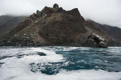De dinghy brengt ons een stuk dichter bij de rotsen dan de Beagle zou kunnen