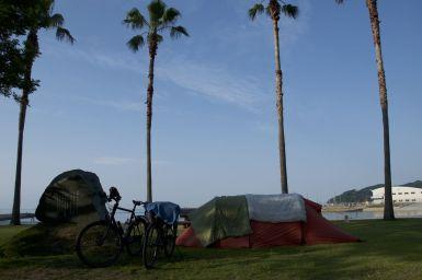 Marine Park Niihama Camping Ground, Niihama. Kamperen aan zee onder palmbomen.