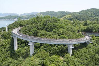 De speciale fietsoprit naar de brug nu van boven van de brug af gefotografeerd.