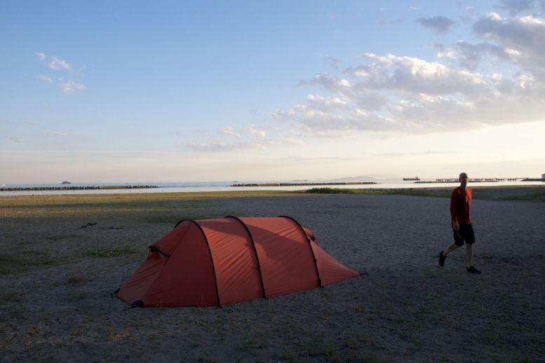 Prachtig groot strand aan een rustige baai.
