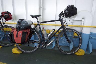 Op de ferry krijgen zelfs onze fietsen blokken onder de wielen.