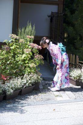 Ook een favoriete pose is ruikend aan de bloemen.