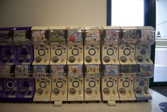 In de supermarkt waar we boodschappen doen staat ook weer een rij automaten, nu gericht op kinderen.