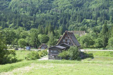 Shirakawa is beroemd om zijn bijzondere huisjes met extra schuine daken, tegen de enorme sneeuwval die hier 's winters is.