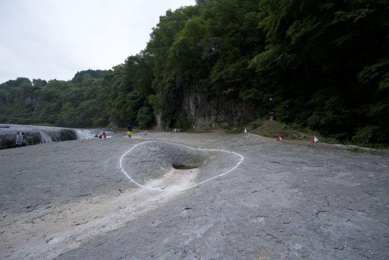 Oh een gaatje in de rotsen! Ook daar een witte lijn om!