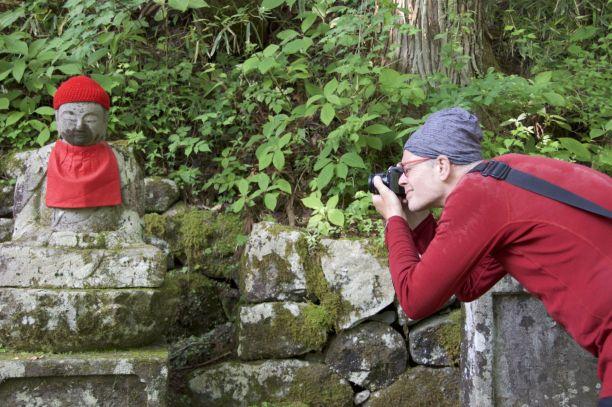 Jurjan past er mooi bij met zijn mutsje en rode shirt