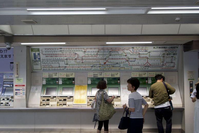 Openbaar vervoer in Tokyo is supergoed geregeld en met prepaidkaart super makkelijk te doen.