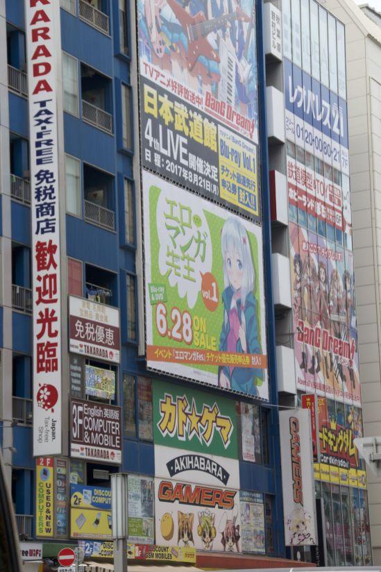 In Akihabara overheerst de manga/anime de reclame borden