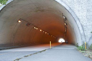 Tunnels en bruggen... de Japanners lijken er dol op te zijn...