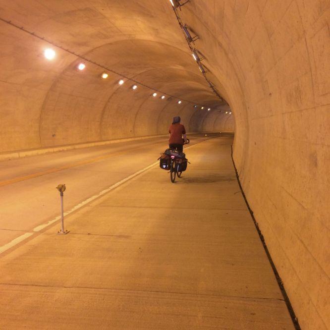 Helaas zijn niet alle Japanse tunnels zoals deze: kort, goed verlicht, rustig en met een breed fietspad.