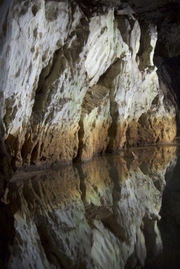 De rotsen vweerspiegelen mooi in het water.