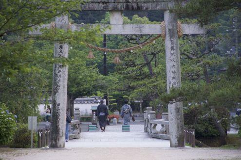 Bezoekers van de schrijn in kimono.