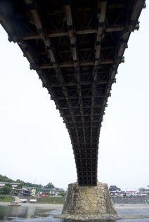 De oorspronkelijke brug stamt uit de 17e eeuw en was zonder metalen spijkers gemaakt. Dit is een recreatie uit de jaren '50 van de vorige eeuw.