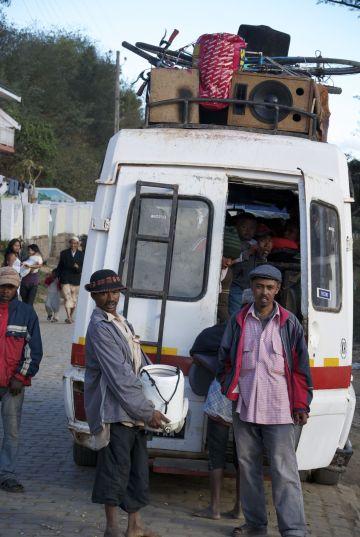 Volgepropte 'taxi-brousse'. We weten dat we deze belangrijkste vorm van openbaar vervoer ook zullen gaan nemen.