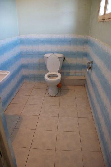 De hotelkamer was niet heel klein, maar de badkamer en de wc waren absurd groot... ik heb studentenkamers gezien die kleiner zijn. (dit is alleen de wc, de badkamer was nog 2x zo groot...)