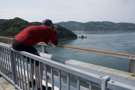 Jur moet natuurlijk weer half over de brugleuning klimmen voor een foto.