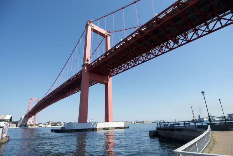Een van de bruggen waar we niet op mochten fietsen. Dan maar met de veerpont.