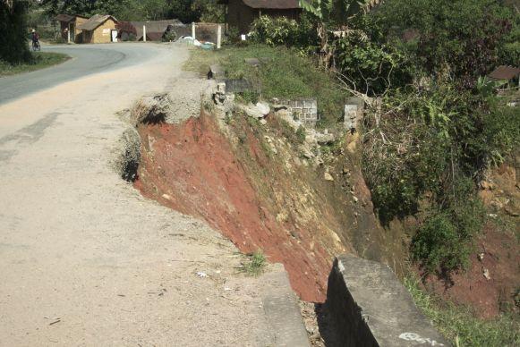 De weg is hier en daar half weggeslagen door eerdere cyclonen.