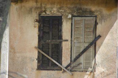 De koloniale huizen zijn flink vervallen.