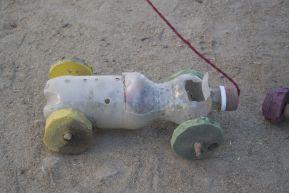 Ander speelgoed dan zelfgemaakte auto's van o.a. lege flesjes is er niet.