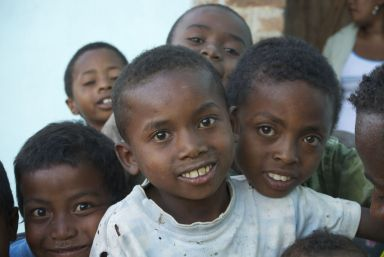 De kinderen uit het dorp vermaken zich prima met poseren.