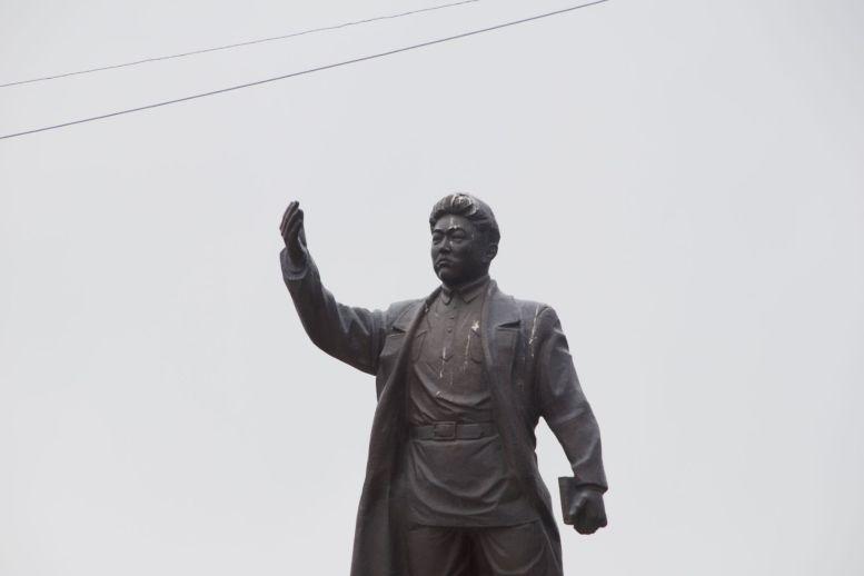 Geen idee wie meneer Abdrahmanov was en waarom hij zo'n groot standbeeld heeft, maar dat denk ik te ontcijferen op een andere foto.