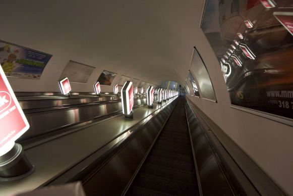 De roltrappen in de metro zijn enorm