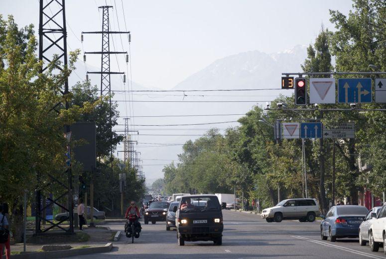 Fietsen op de drukke wegen in de stad is niet ideaal. Omkijken naar de prachtige bergen, nu nog achter ons valt niet mee.