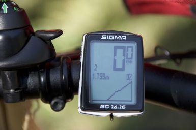 Met het duwen van de fiets druk ik regelmatig op een van de knopjes van mijn fietscomputer. En dan krijg je opeens je hoogteprofiel te zien.