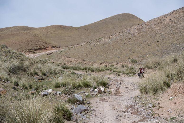 Het lijkt soms meer een droge rivierbedding dan een weg.