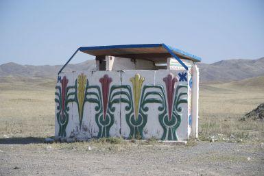 Deze wc zou je bijna voor een bushokje aanzien (zelfde stijl).