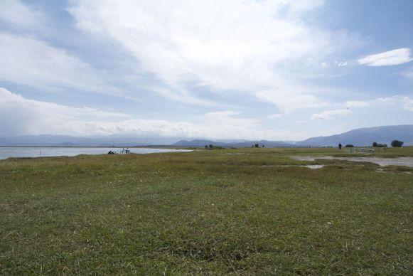 We zijn niet de enige fietsers op het 'strandje' bij het meer.