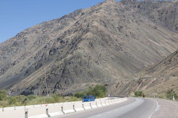 De weg is groots, de bergen groots.