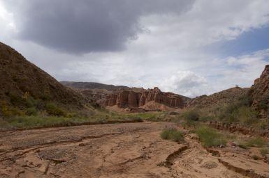 En dan klauter je het laatste voormalige watervalletje op en dan zie je dit liggen....