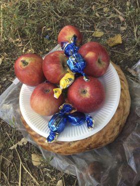 Wat zijn de mensen hier toch gul! Vooral appels krijgen we deze vakantie veel toegestopt, maar nu ook nog brood, meloen en snoepjes!